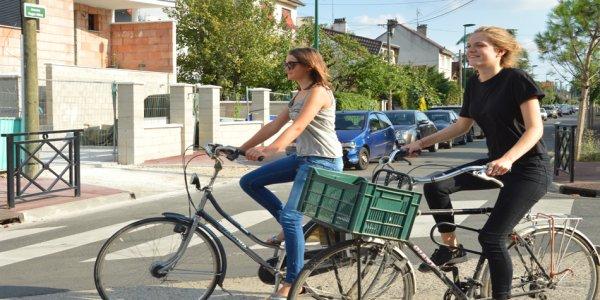 Cyclistes heureuses